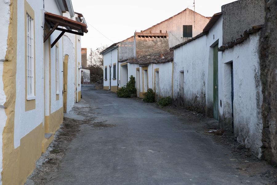 Uma das poucas ruas da aldeia