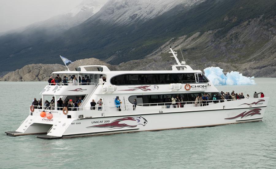 Um dos barcos que faz a tarvessia do canal no Lago Argentino