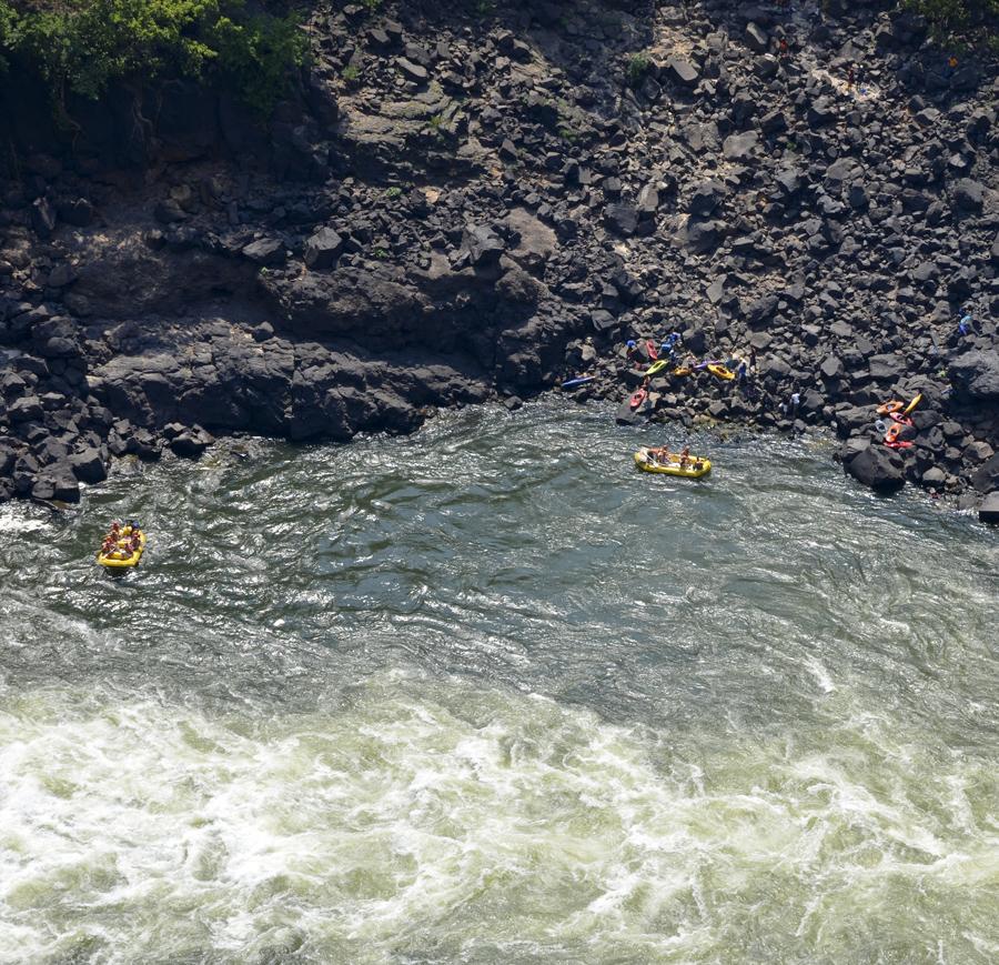 Praticantes de rafting no Zambeze vistos da Ponte