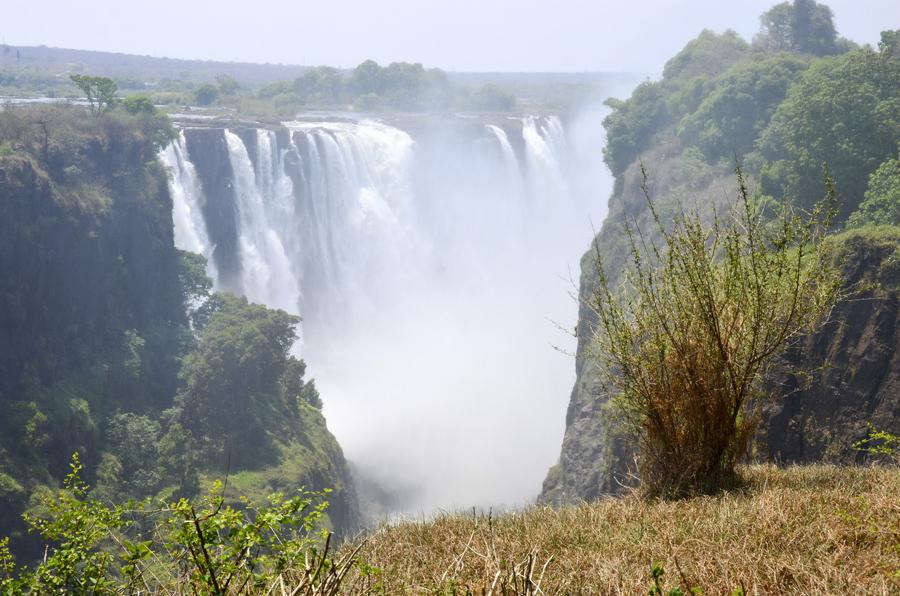As Victoria Fallls vistas do lado do Zimbabwe