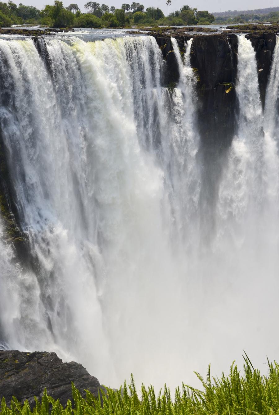 Victoria Falls em tempo seco. Na época das chuvas o vapor impede dar uma ideia da extensão