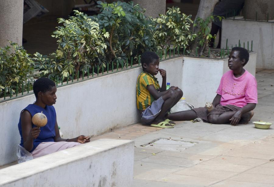 Pessoas nas ruas de Victoria Falls