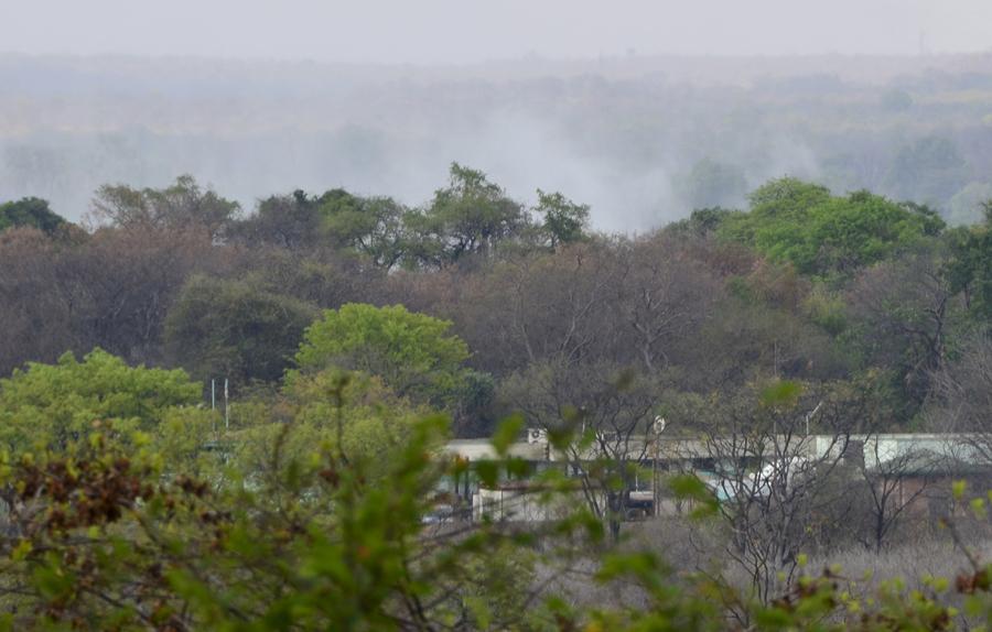 "As nuvens de vapor vistas de Victoria Falls onde o ""trovejar"" é permanente"