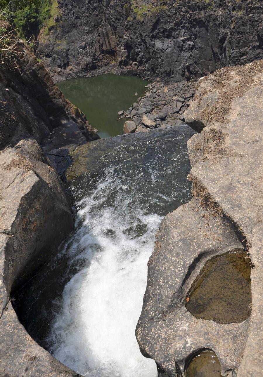 O efeito da erosão da água nas rochas junto ao precipicio
