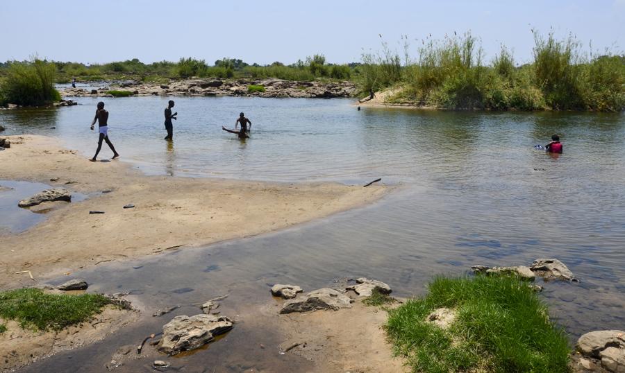 Locais a banharem-se no Zambeze