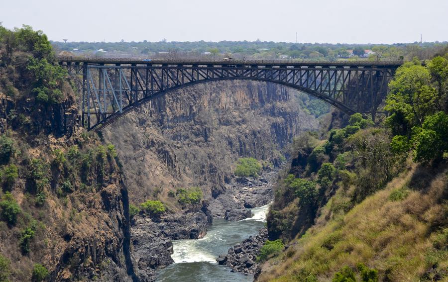 A ponte permite a ligação ferroviaria e rodoviária