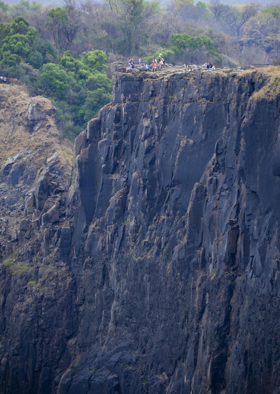 Grupo de turistas próximo de uma das falésias