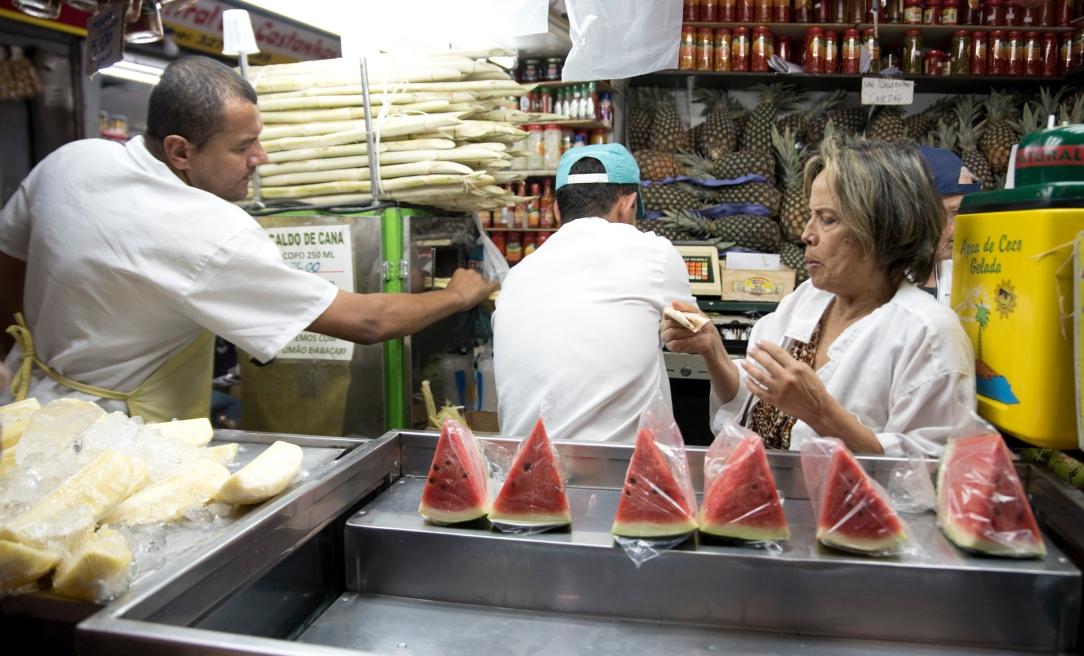 Em alguns locais pode-se comprar e comer no local fruta fresca.