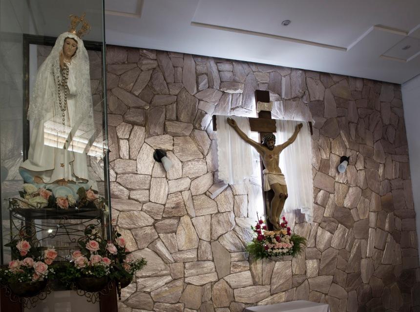 No terceiro piso está a capela da N. Senhora de Fátima. Há missa todos os domingos. É a padroeira dos comerciantes.