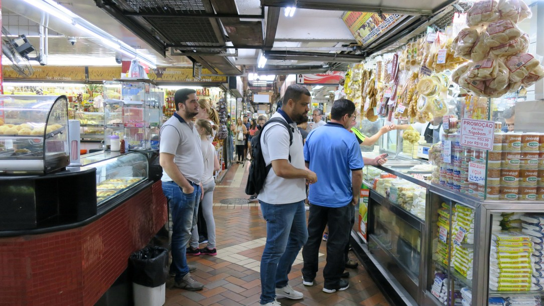O Mercado tem mais de 400 bancas onde se pode comprar queijos, doces, fruta, frutos secos, cachaça, flores....