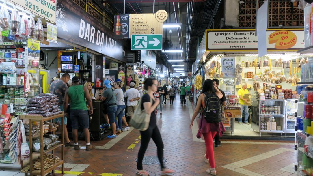 No mercado há vários bares e restaurantes e são muito afamados na cidade.