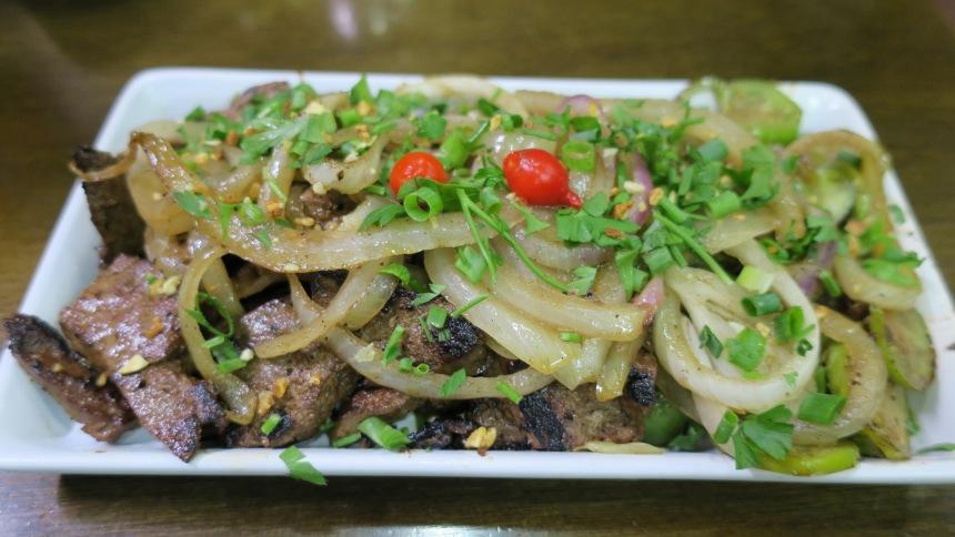 Um dos pratos típicos no Mercado é o fígado acebolado com fijó. Este foi confecionado na Casa Cheia.