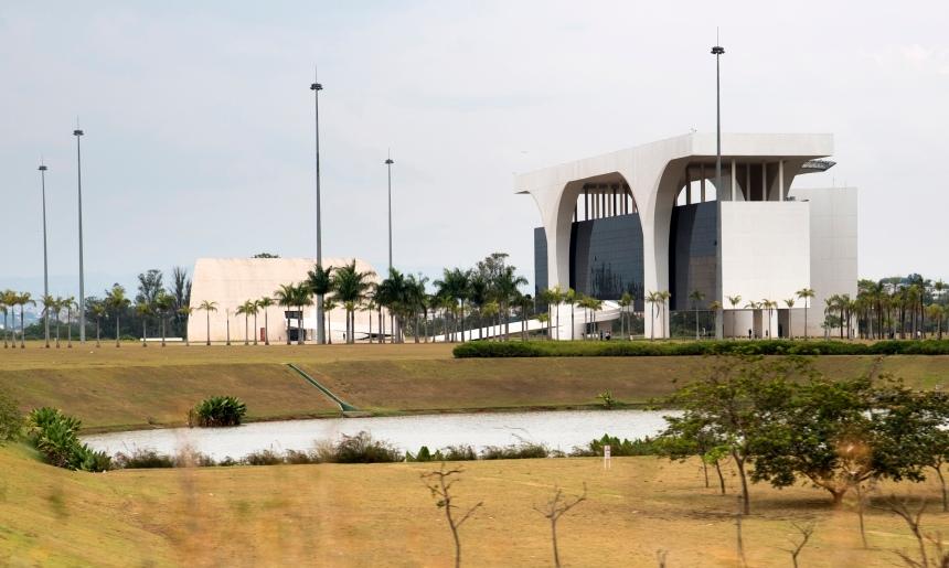 A cidade fica a 20 km do centro de Belo Horizonte, ocupa uma área de 790 mil m2, tem cinco edifícios, dois lagos e zonas verdes. Há visitas guiadas mas exigem marcação prévia.
