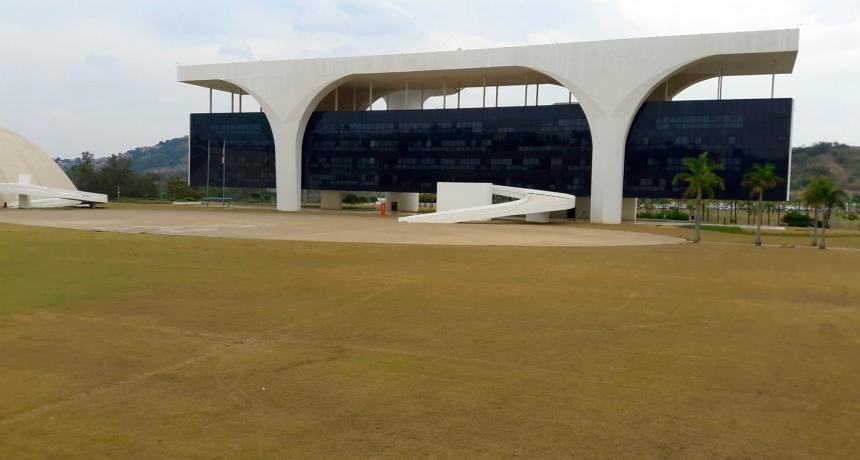 A entrada na fachada principal é feita por uma rampa com 51 metros de extensão. O Palácio ocupa uma área de 17 mil m2.