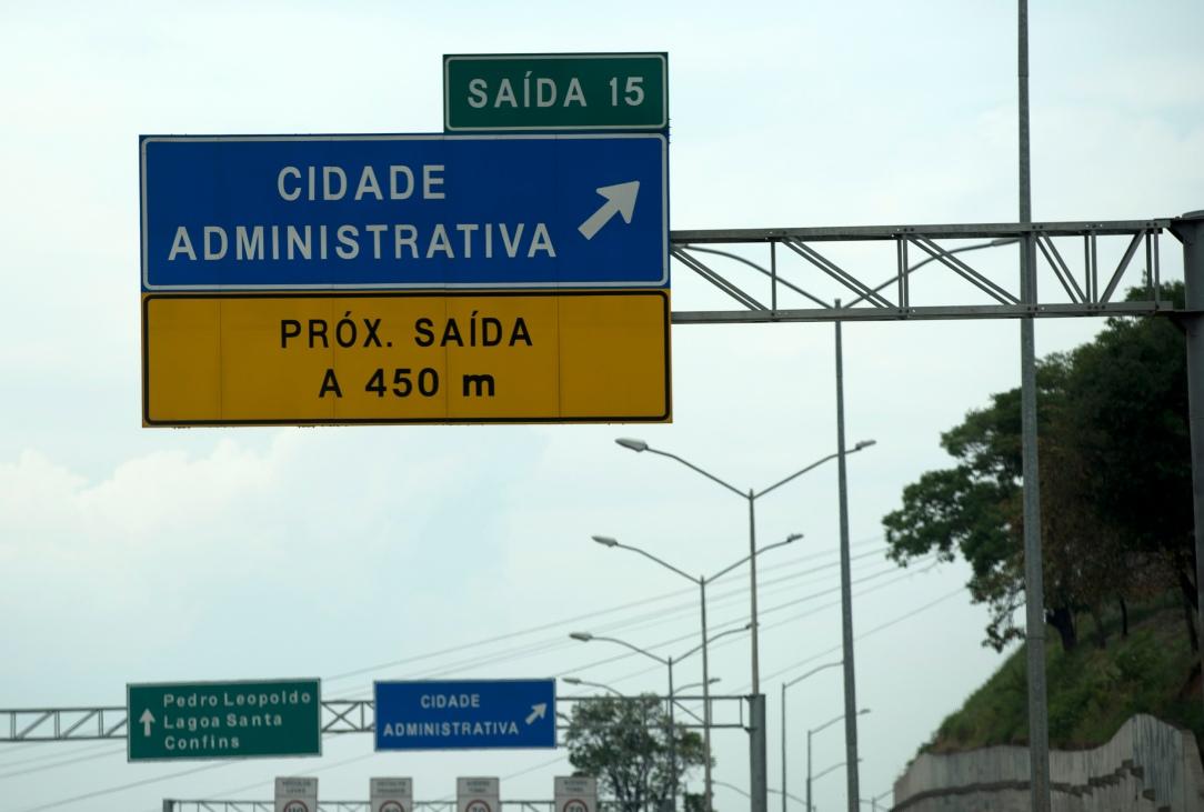 O acesso é feito pela Rodovia Papa João Paulo II, que liga ao aeroporto de Belo Horizonte. Há transporte público da capital do Estado para o Centro Administrativo.