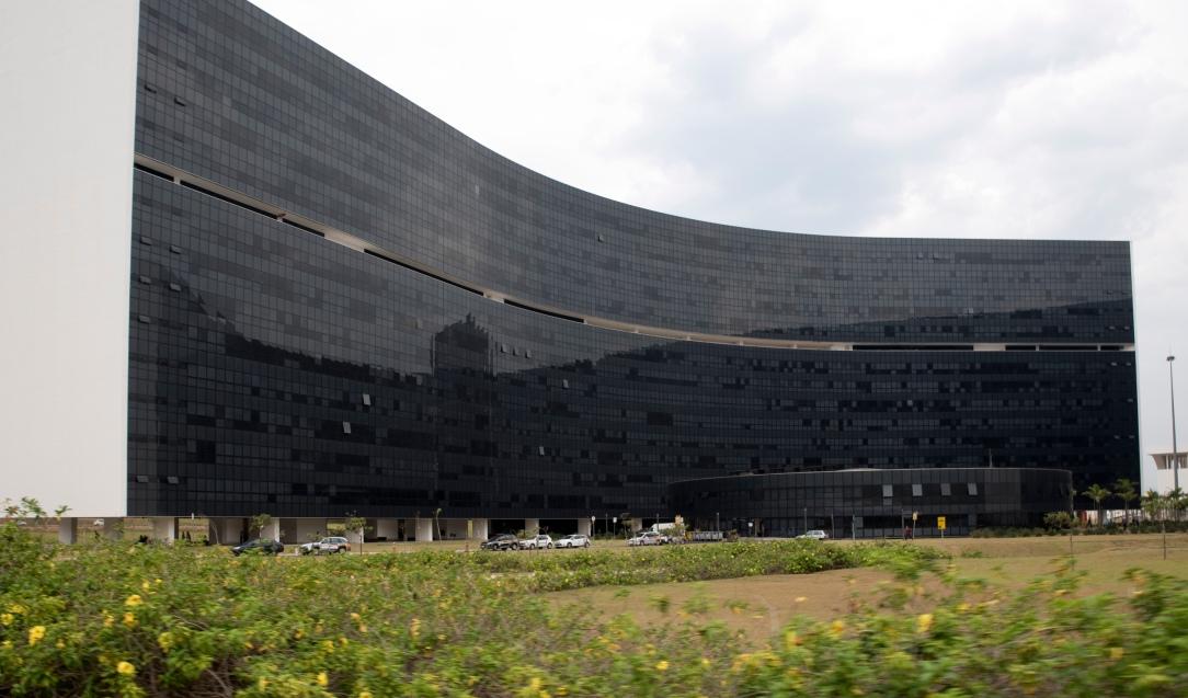 Os dois edifícios para Secretarias de Estado são o Minas e o Gerais. Têm formas curvas: um côncava e o outro convexa. A área construída de cada um é de 122,5 mil m2
