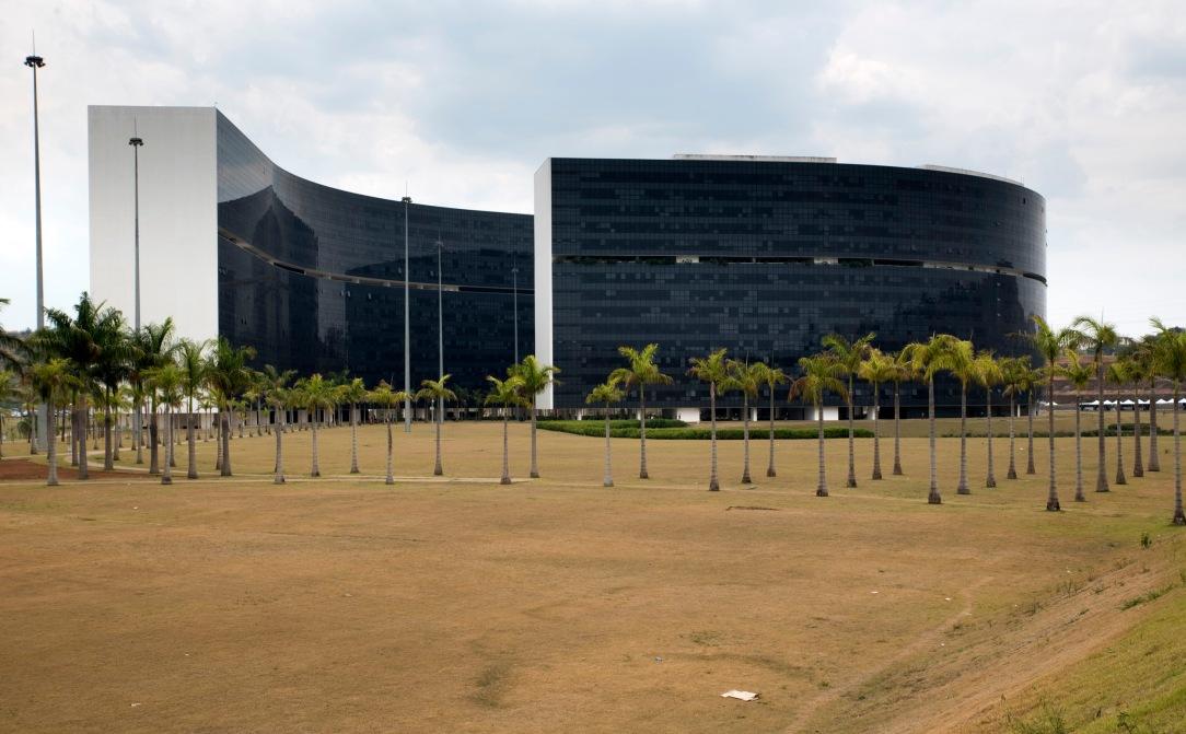 """Óscar Niemeyer: """"é preciso não ter medo da monumentalidade. Isso permitiu que, com apenas dois grandes prédios e um palácio se realizasse o centro administrativo desejado, sem ocupar demasiado terreno, preservado a boa relação que deve existir entre arquitetura e espaços livres""""."""