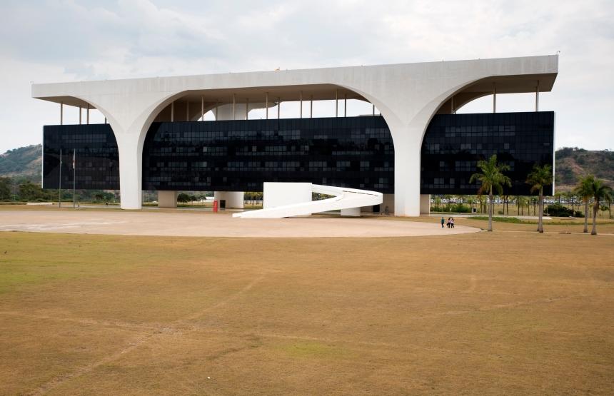 """O Palácio Tiradentes é uma obra espetacular: o edifício central está suspenso. É o maior prédio em cimento suspenso em todo o mundo. O próprio Niemeyer salienta a audácia da sua estrutura: quatro colunas sustentam o edifício"""""""