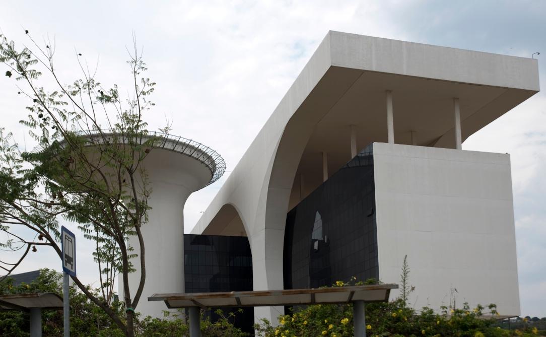 A sala do Governador está protegida com vidros antibala que chegam a atingir 63 mm de espessura. Ao lado tem um heliporto