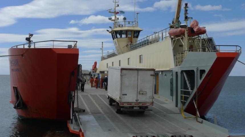Barco no porto Três Puentes que vai atravessar o estreito de Magalhães