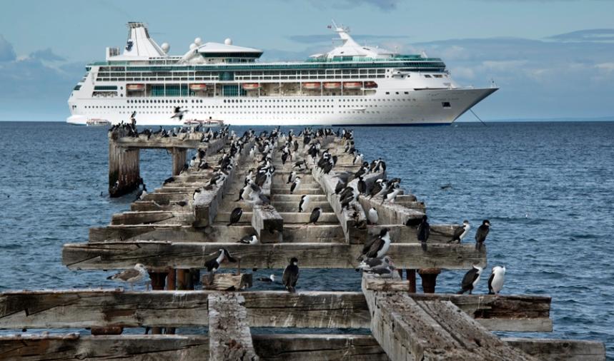 Barco de cruzeiro no estreito de Magalhães