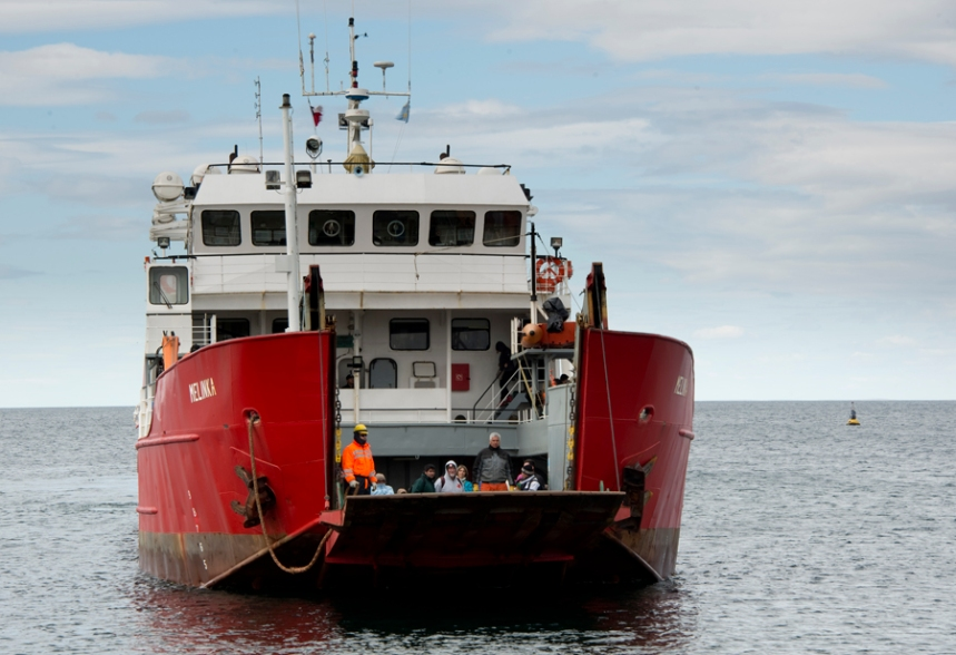 Barco Melinka faz o transporte diário à pinguinera no estreito Fernão de Magalhães