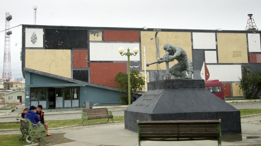 Estátua aos trabalhadores da extração de petróleo em Cerro Sombrero