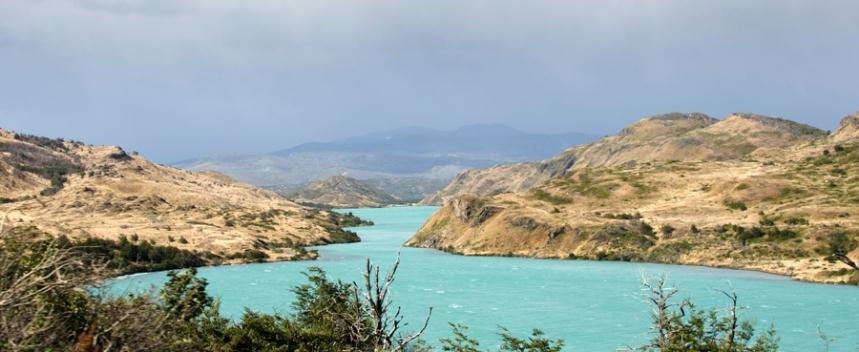 A cor esmeralda do rio em contraponto à terra e ao granito