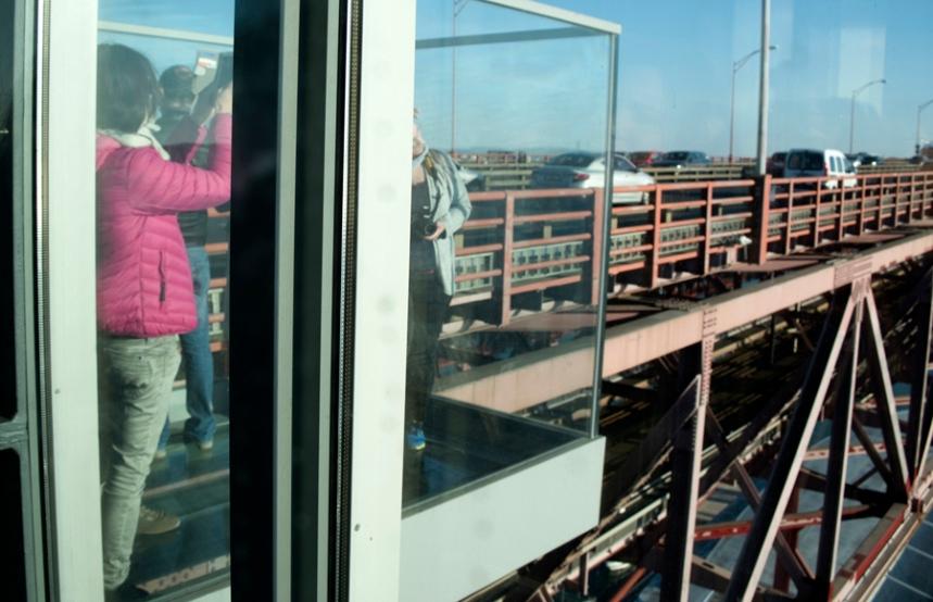Plataforma de vidro suspensa no elevador