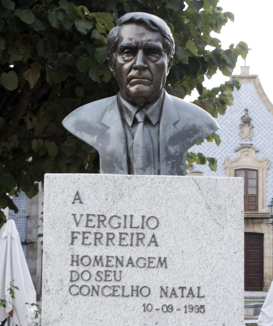 Busto de Vergílio Ferreira em frente da Biblioteca