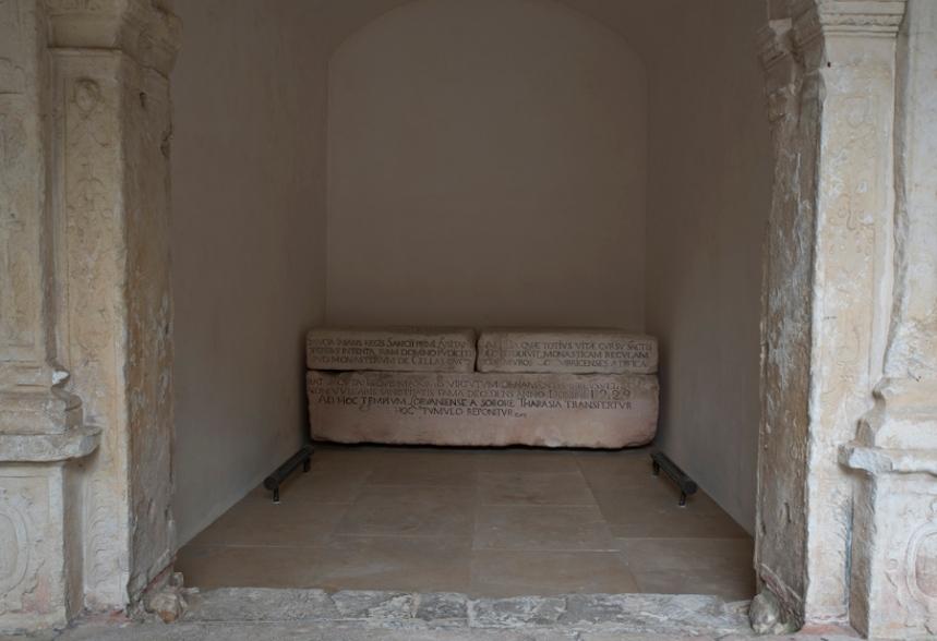 No claustro há vários túmulos. A estratificação social corresponde à ornamentação das pedras tumulares