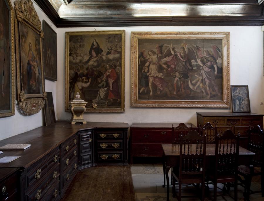 Obras de arte numa das salas laterias da igreja