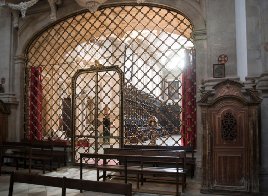 Grade que separa a igreja do coro-baixo