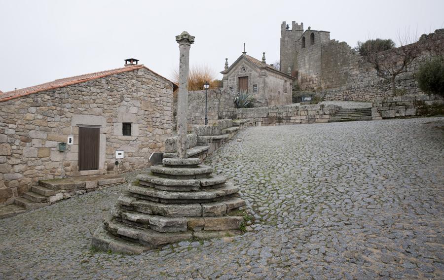 Pelourinho e capela no alto da subida para o castelo