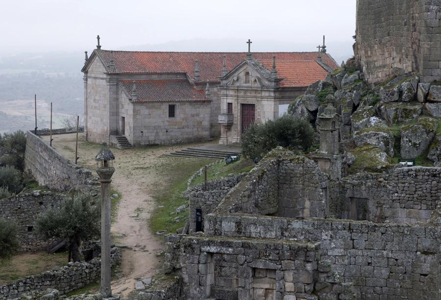 A igreja e a capela no interior do castelo