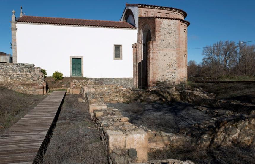Ruínas e a igreja