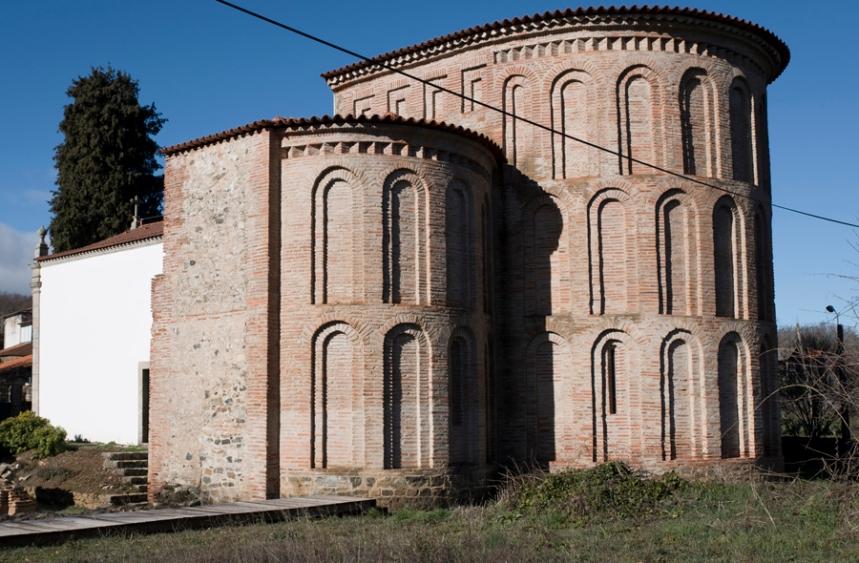 Estrutura do antigo mosteiro e a construção mais recente da igreja