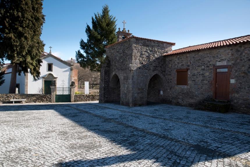 A igreja e a casa do pároco