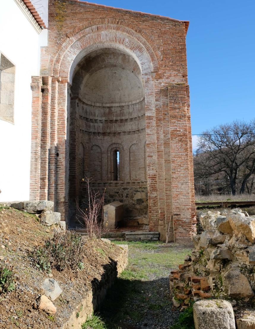 Construção em tijolo de uma das capelas do mosteiro