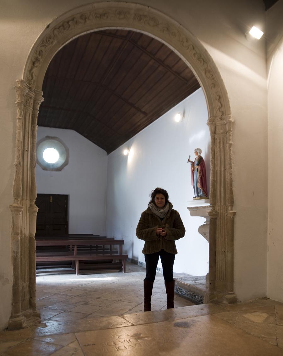 Interior da capela com Paula Oliveira