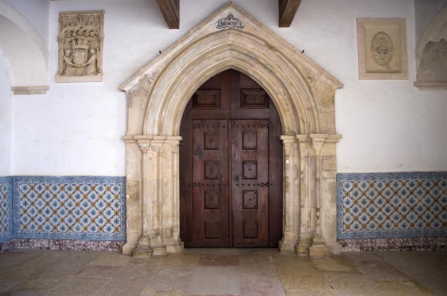 Brasão e entrada para a igreja