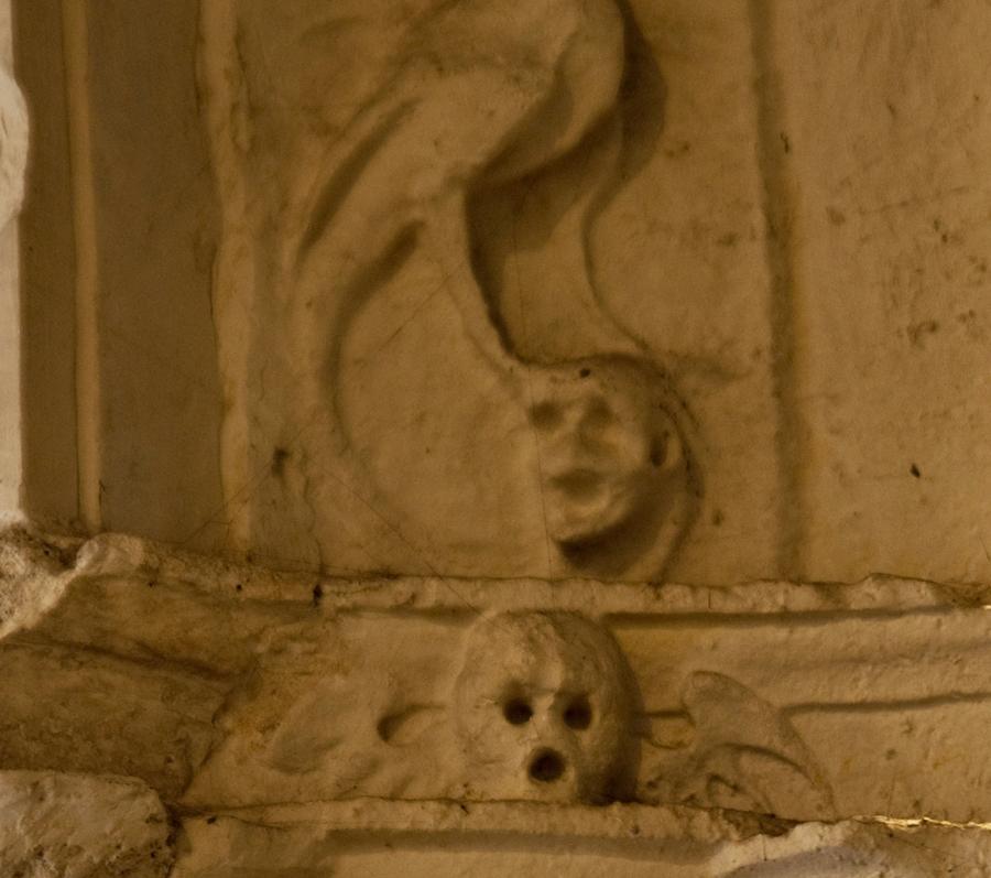 A capela tem muitos motivos associados à morte e ressurreição