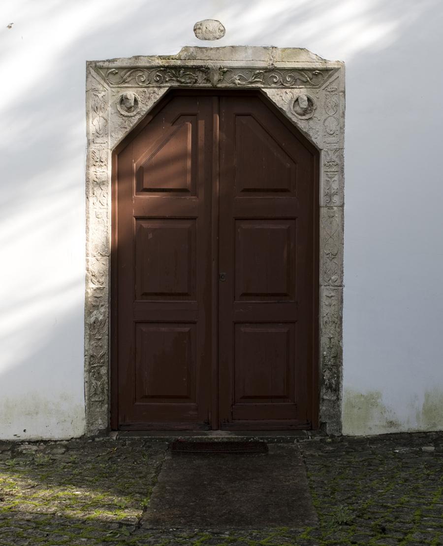 Túmulo do aio junto à porta principal