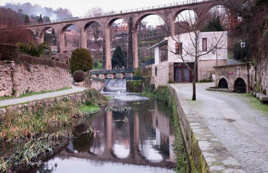O rio e a antiga ponte ferroviária