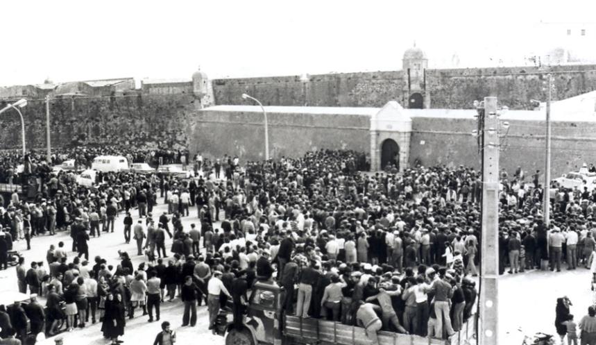 Populares aguardavam libertação dos presos políticos  em 26 de Abril de 1974. © Luís Correia Peixoto