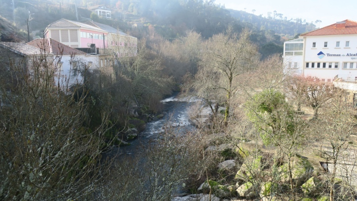 Casas nas encostas alinhadas para o rio