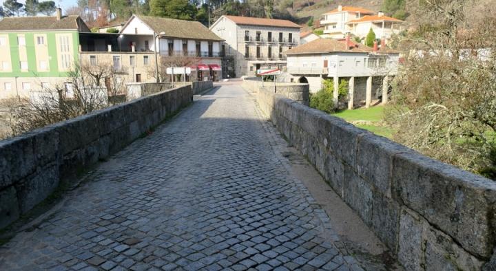 A ponte que separa os dois concelhos