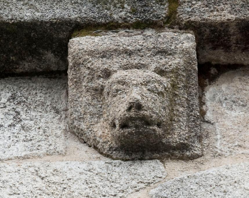 Figuras esculpidas em pedra