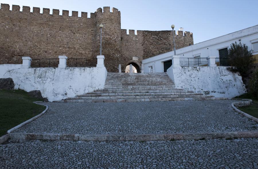Só as muralhas não são brancas. O mármore domina, até no piso das ruas