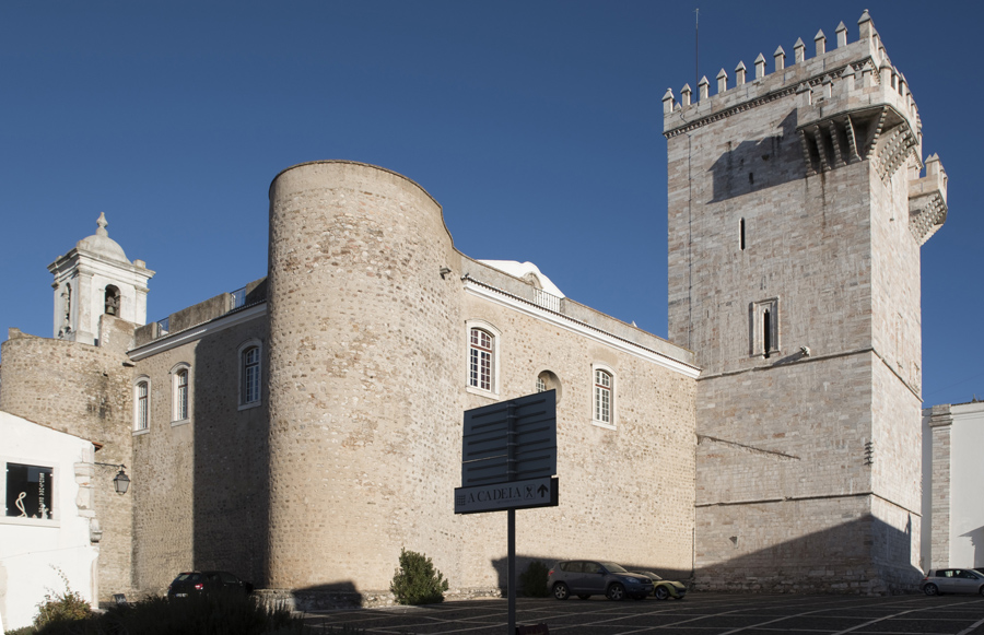 Torre e igreja